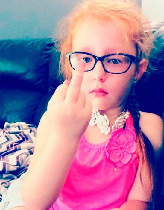 niña se lastimó el dedo grosero