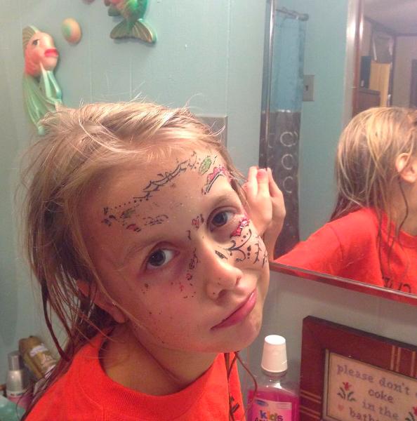 niña con cara tatuada