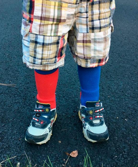 niño con calcetines impares