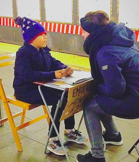 niño en metro de nueva york aconsejando a la gente