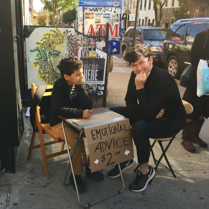 niño en la calle en sesion de terapia