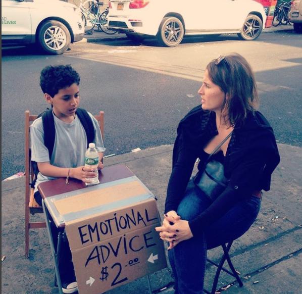 niño en la calle aconsejando a una mujer
