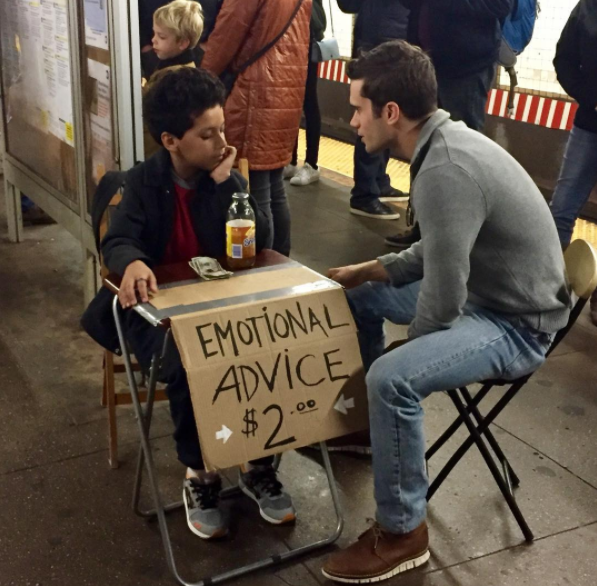 niño en mesa del metro aconsejando a un chico