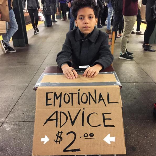Niño con letrero de consejos emocionales 2 dolares