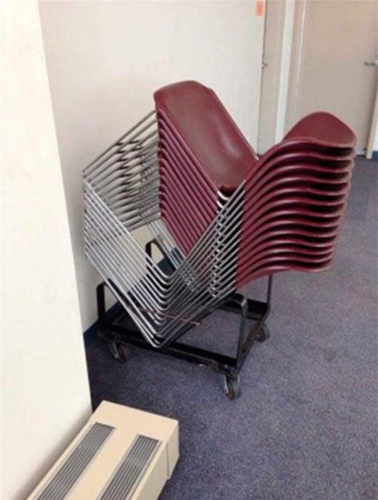 sillas acomodadas perfectamente