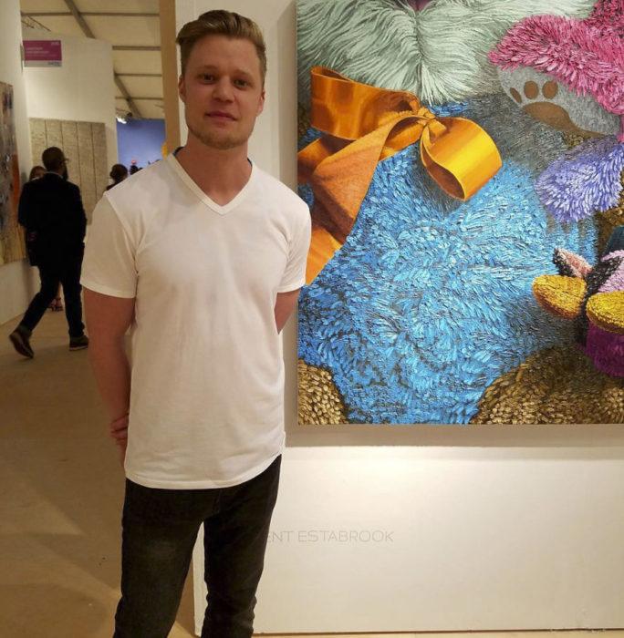Brent Estabrook junto a una de sus pinturas