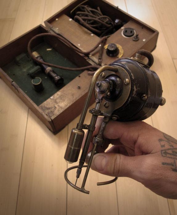 primeras maquinas de tatuaje