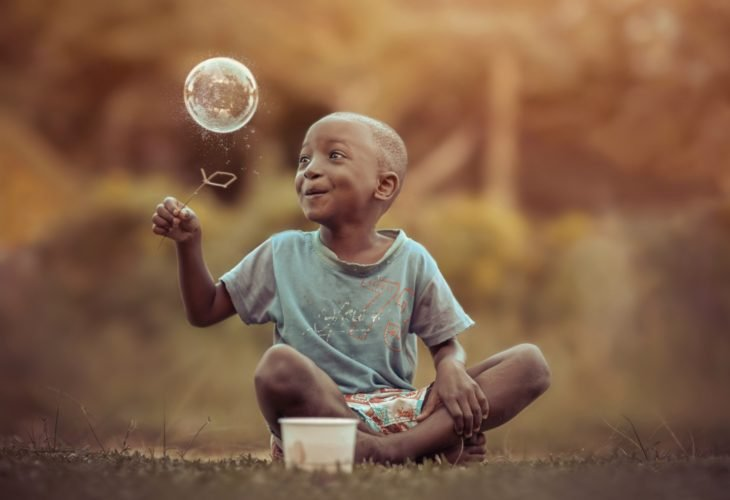 niño haciendo burbujas