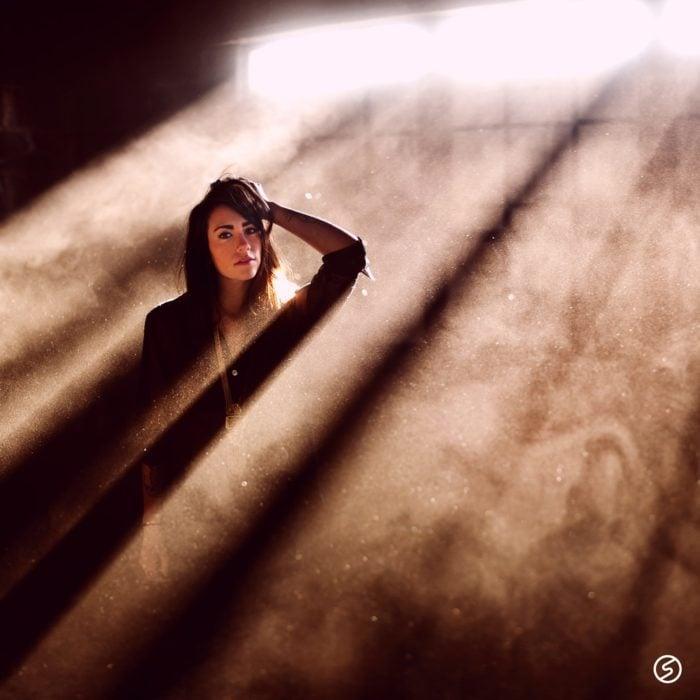 fotografía de mujer en el polvo y la neblina