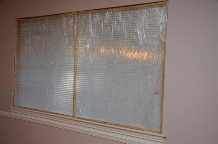 Ventanas cubiertas con plástico transparente
