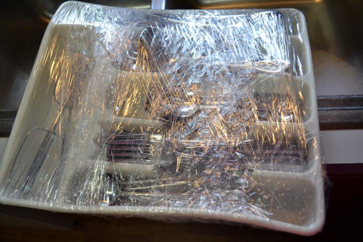 Cubiertos envueltos en plástico transparente