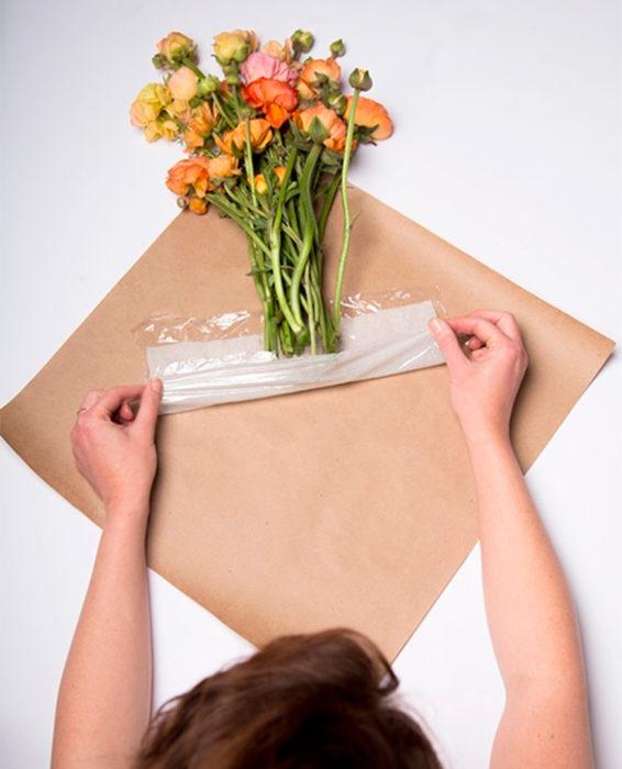 Flores envueltas en plástico transparente