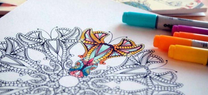 adultos coloreando dibujos