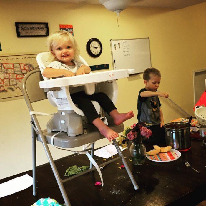 bebé en silla sobre una mesa