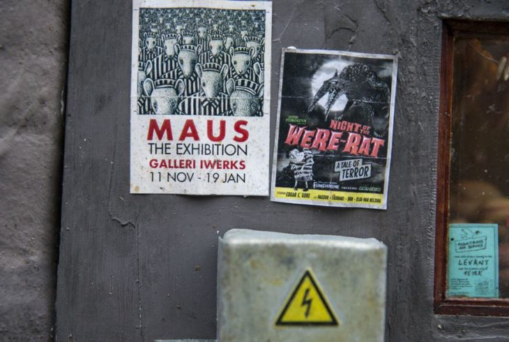 posters arriaba de una central eléctrica