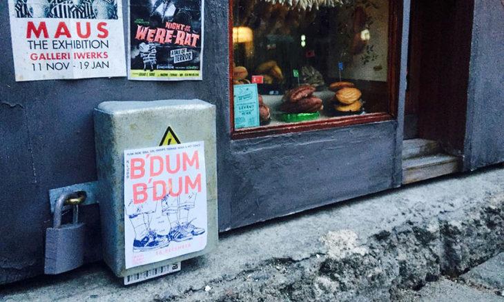 carteles afuera de una cafetería