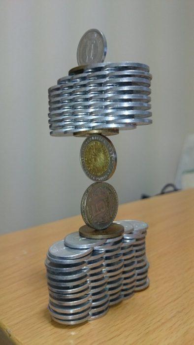 monedas apiladas de forma increíble