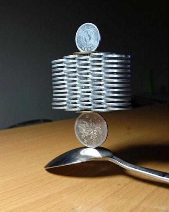 monedas apiladas arriba de una cuchara