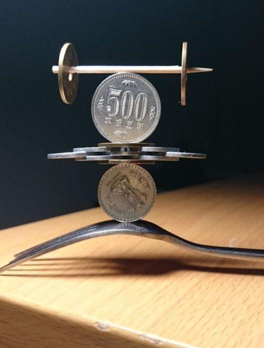 monedas apiladas arriba de un tenedor