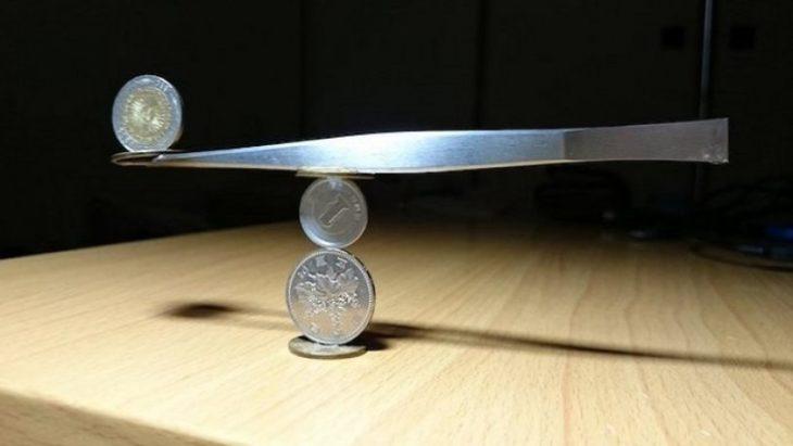 monedas apiladas desafiando la gravedad