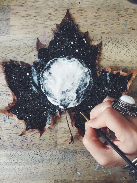 pintura hecha en una hoja de árbol