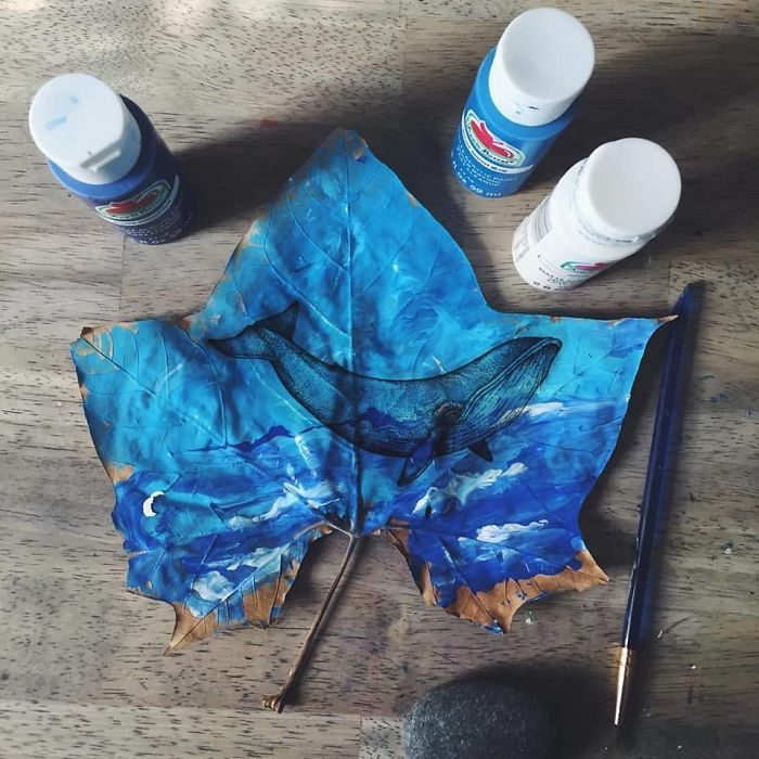 pintura de una ballena hecha sobre una hoja seca