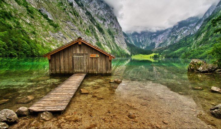 casa de baño en lago