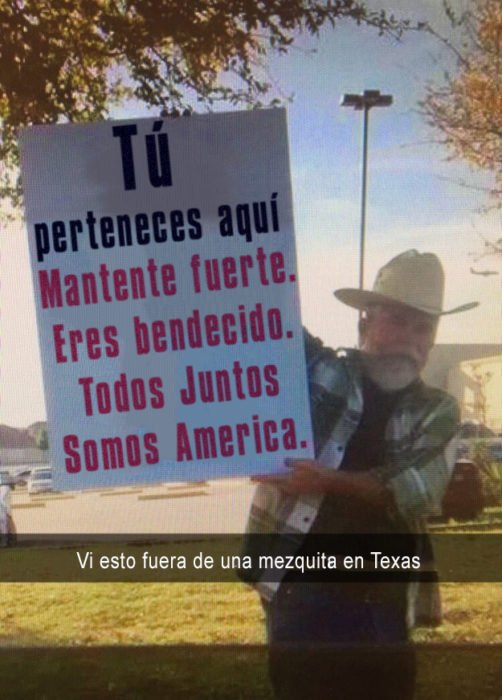 señor con sombrero sosteniendo un cartel