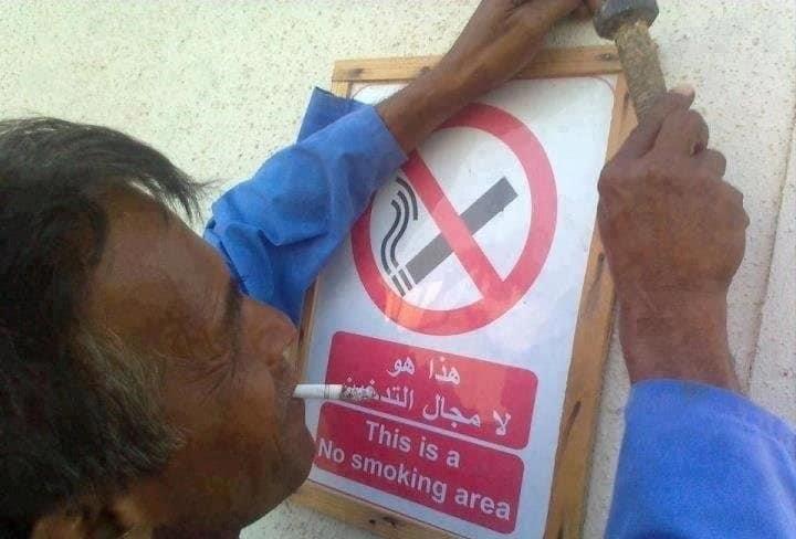 letrero de no fumar con fumador