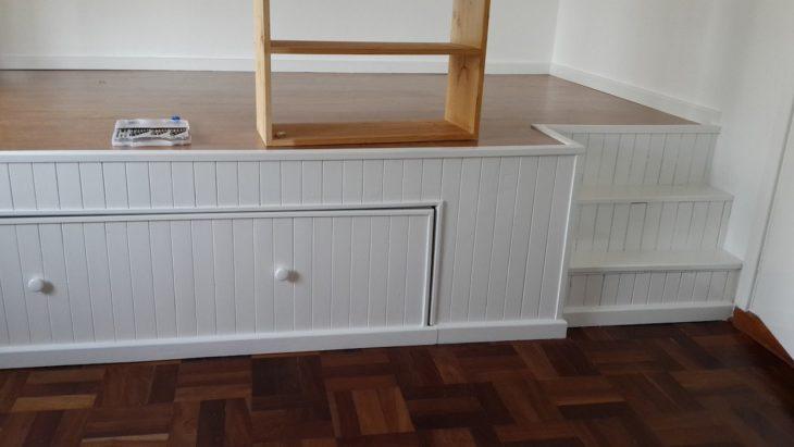 base para colchón y escritorio en una habitación pequeña