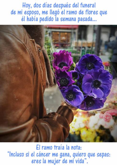 mujer con ramo de rosas color violeta