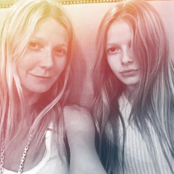 madre e hija que parecen gemelas
