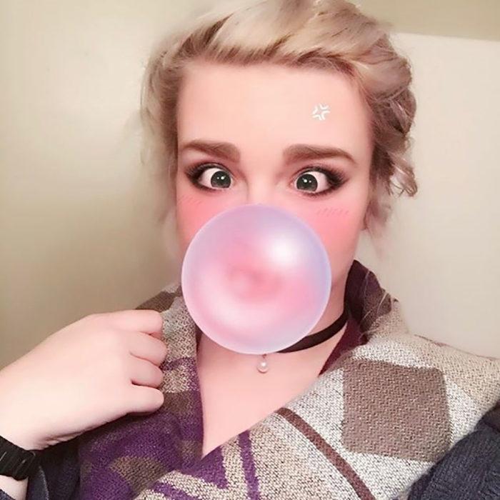 muchacha con goma de mascar