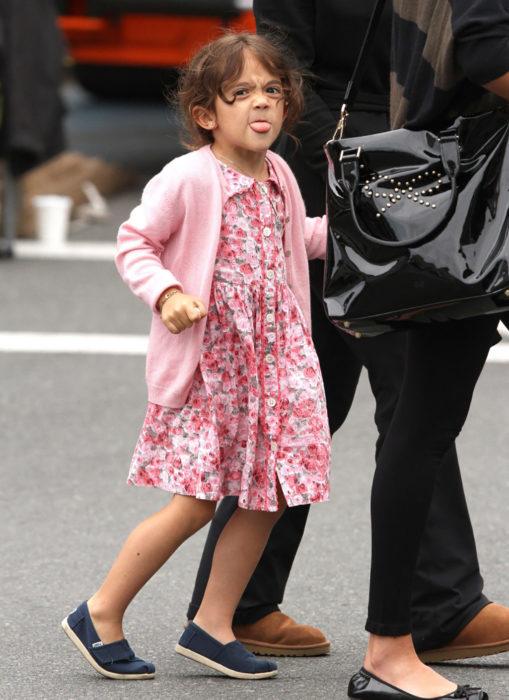 hija de salma hayeck sacando la lengua