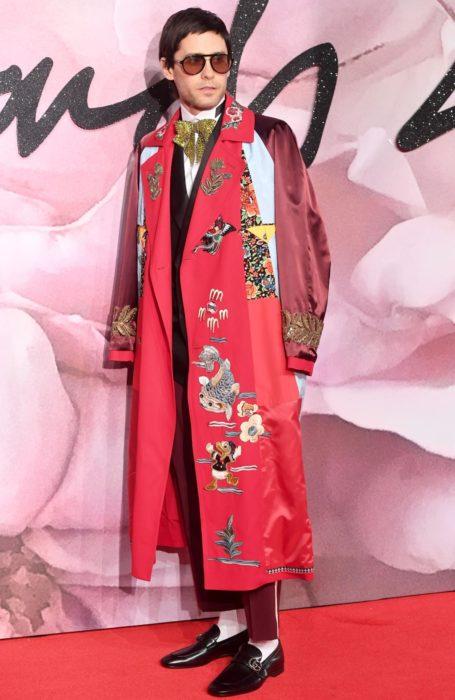 jared leto con abrigo rojo extravagante
