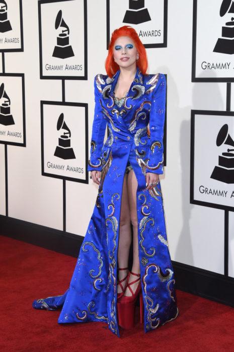 lady gaga en abrigo azul