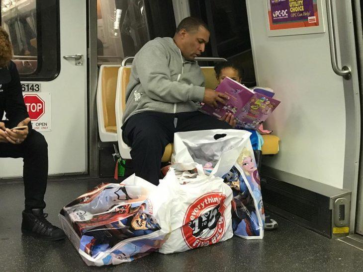 papá e hija leyendo en el transporte público