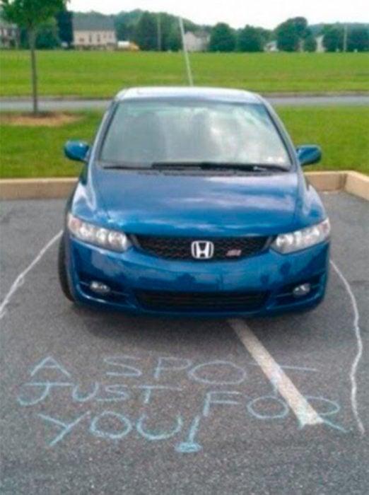 carro mal estacionado
