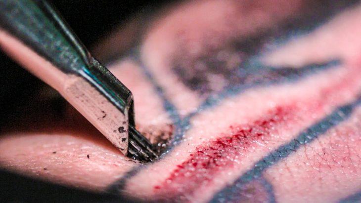 maquina tatuando