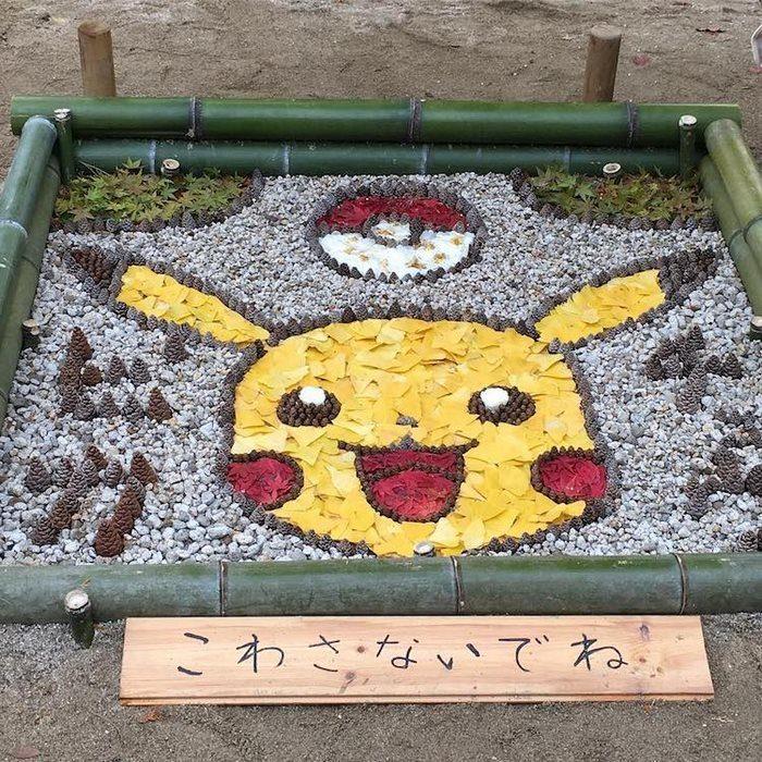 pikachu hecho con hojas secas en japón