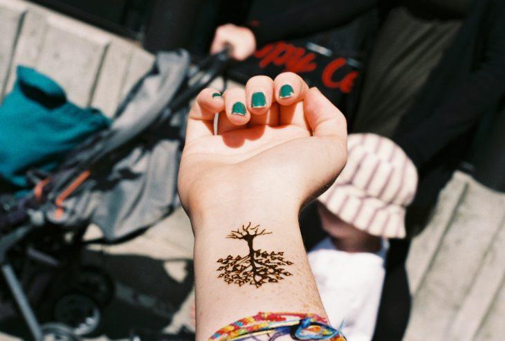tatuaje de un árbol en la muñeca