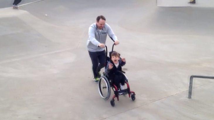hombre y niño con parálisis en una pista de skate