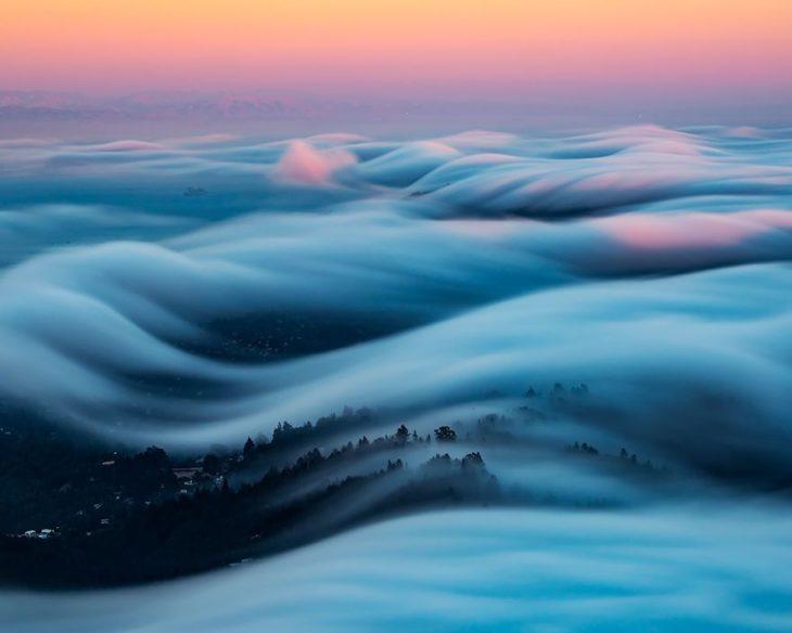 olas de niebla que parecen de un cuento de hadas