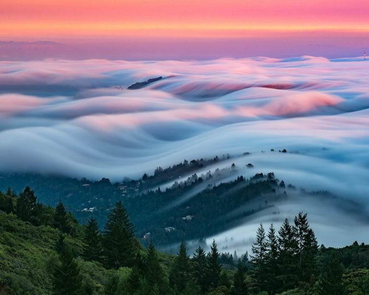 olas de niebla con el cielo rojo