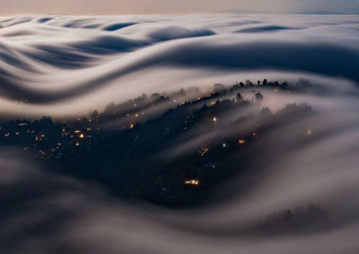 olas de niebla encima de la ciudad