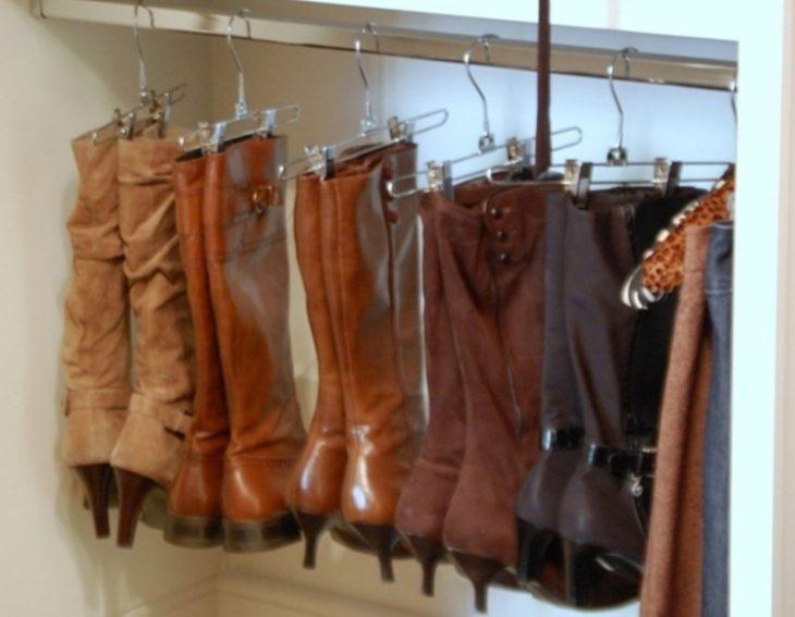 botas colgas en perchas de pantalones
