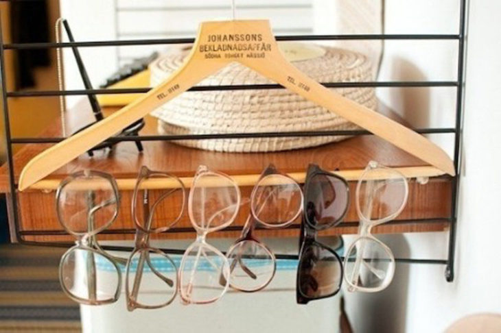 gafas colgadas en un gancho