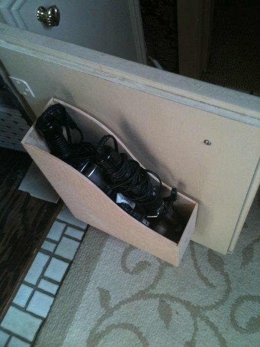 compartimento para guardar la secadora de pelo en el baño