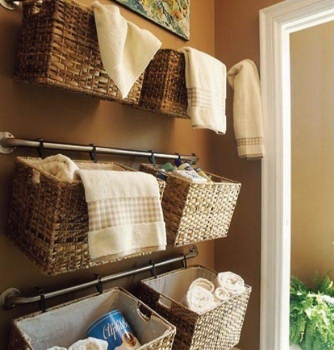 cestas de baño colgadas en la pared