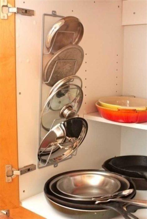 estante de revistas para colgar las tapas de las ollas de cocina